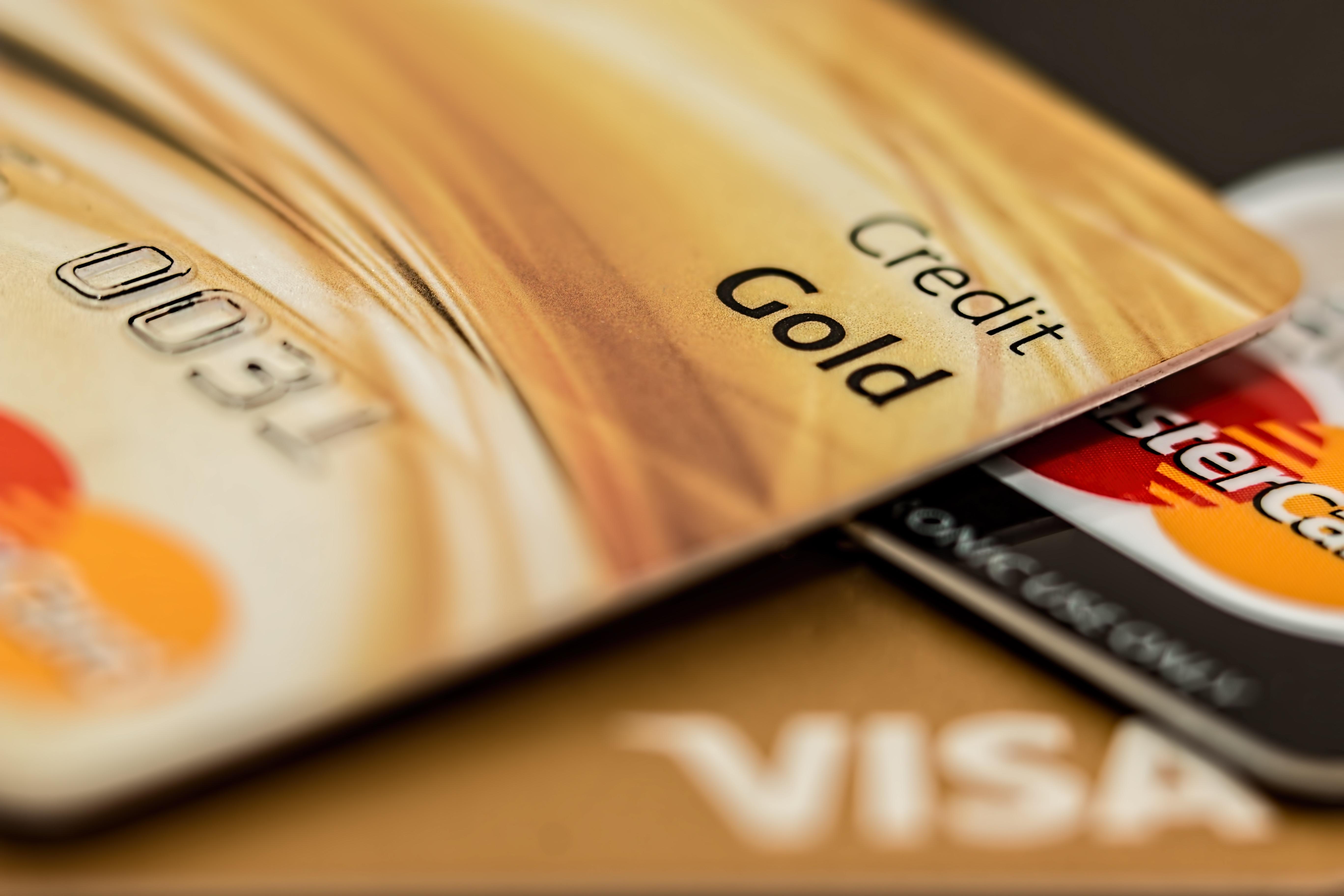 Со скольки лет можно получить банковскую карту?